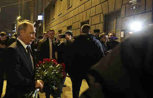 Vladimir Putin lays flowers in memory of those killed in Monday's terror attack (Tass)