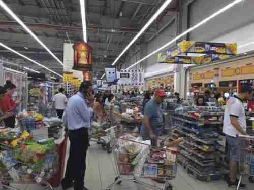 Panic buying of groceries in Doha supermarket last week (Doha News)