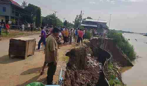 Cambodian villagers protest sand dredging after nine homes collapsed into the river (Khmer Times)