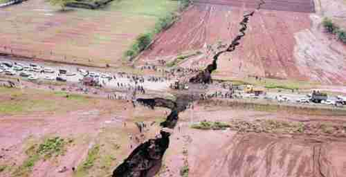 A portion of the fissure where a gap was opened in a highway (Mwakilishi)