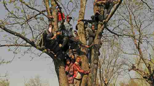 Kashmiri villagers during a funeral at Shopian, South Kashmir, during the anti-Indian protests (Hindustan Times)