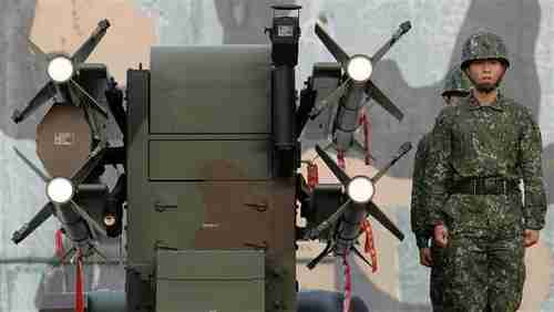 Taiwanese soldiers stand next to home-made Tien Chien surface-to-air missiles during an annual drill in Tainan, January 17, 2017. (AFP)
