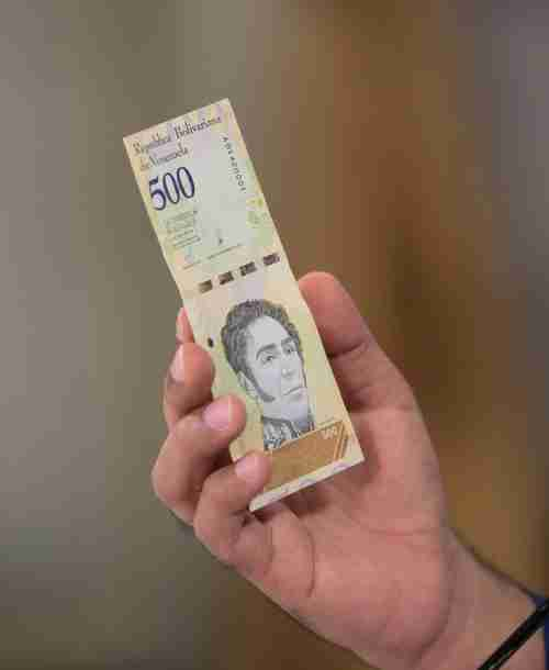 Maduro holds a new sovereign bolivar note (Reuters)